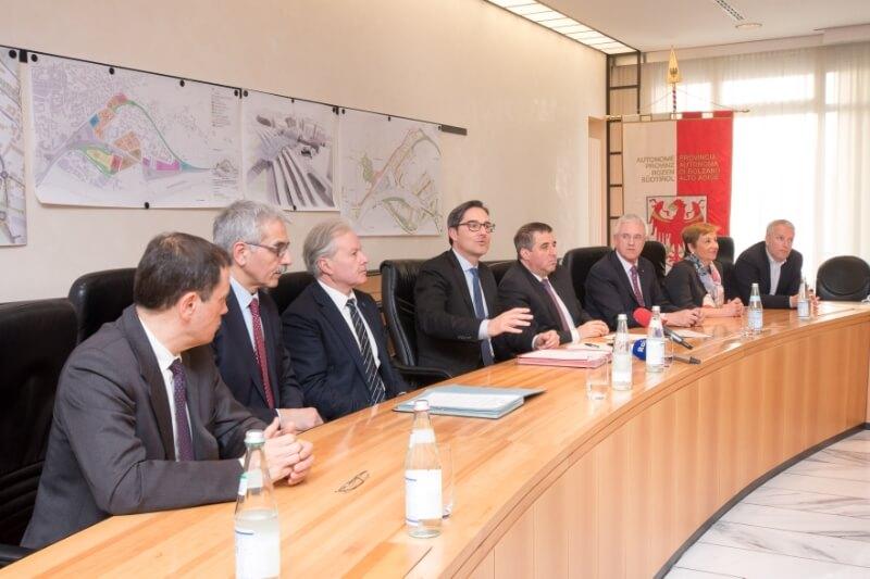 Bozner Bahnhof: LH Kompatscher hat Vereinbarung mit Bahnchefs unterzeichnet